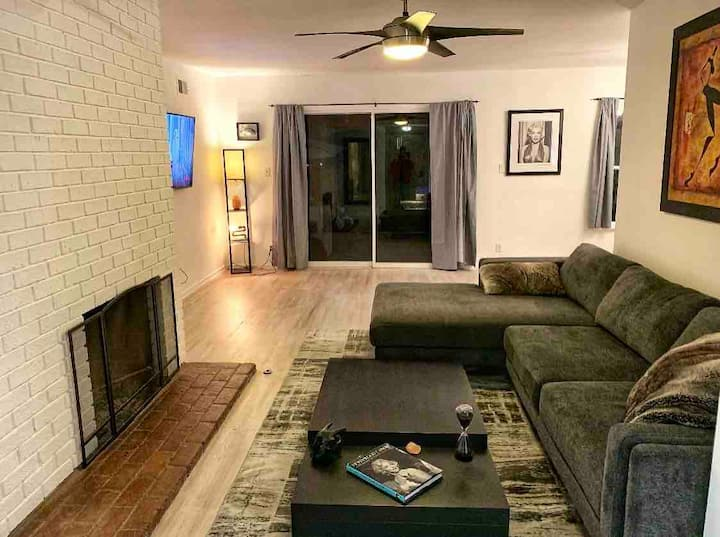 Cozy 3 BD Los Angeles home. Perfect for holidays