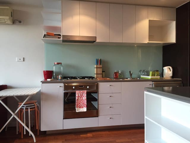 apartment with city view and access to free tram - North Melbourne - Appartement