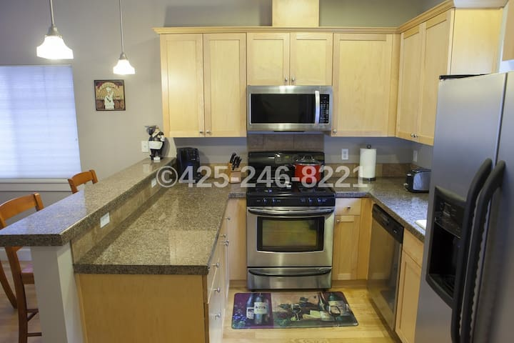 Modern, 2BR, Parking Included! - Seattle - Rumah