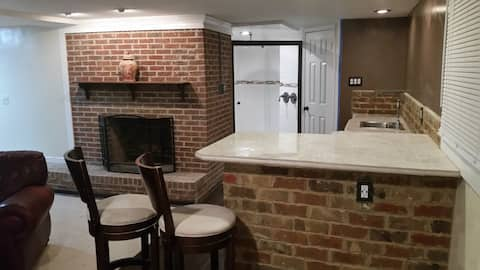 HUGE-INTOWN STUDIO SUITEw/fireplace&DbleRainShower