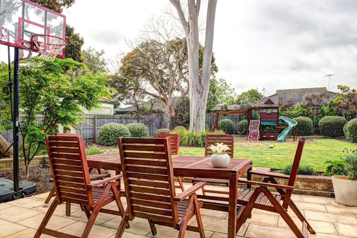 Peaceful family home near beach, shops and train - Hampton - Huis