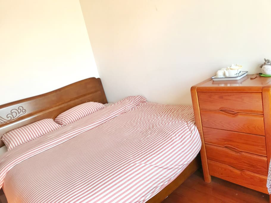 卧室:宽1.8米超大实木床 Bedroom: King size sold wood bed with mattress