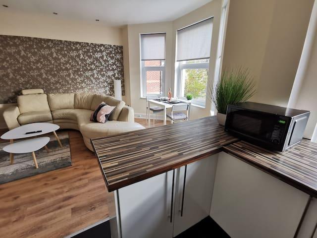 Lovely & bright 1 bedroom apartment near the beach