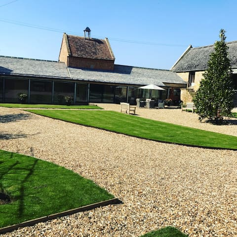 Dovecote in the Cotswolds sleeps 6