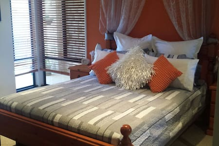 Luxurious Queen room and en suite - Dundowran