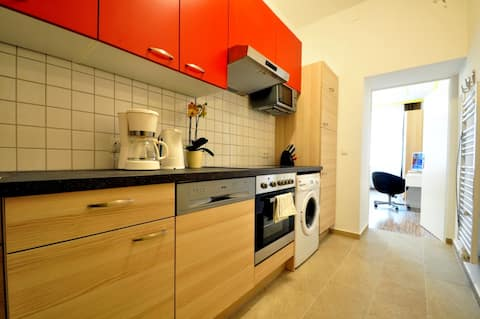 Doublebed Apartment near Metro U2 Messe, E30