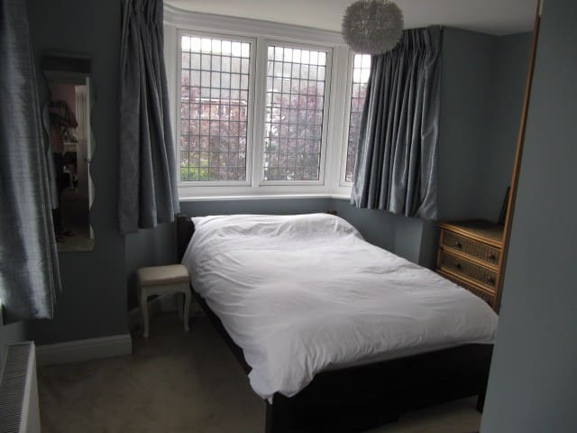 Lovely double en-suite room in character house