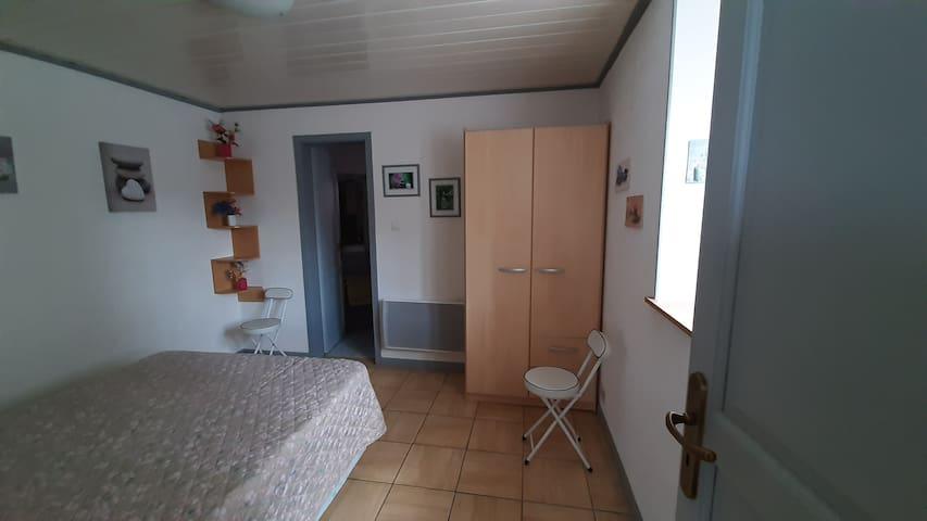 """Chambre à coucher Gîte """"Au Joyeux Marcheur"""" - accès salle de douche sans marche"""