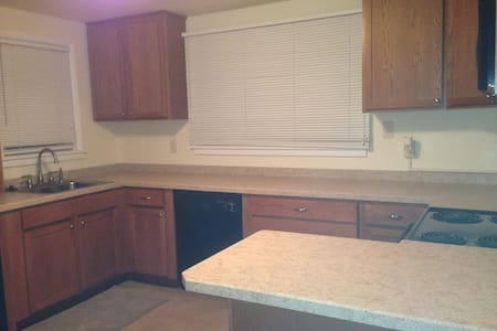 One (East) BR in cozy Bismarck 2 BR/1BA apartment. - Bismarck - Maison