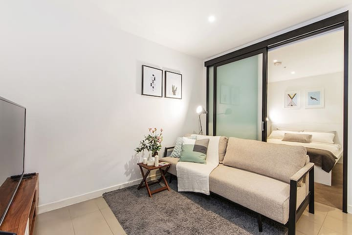 2BR AMAZING Location CBD/ Neflix /FREE Wifi