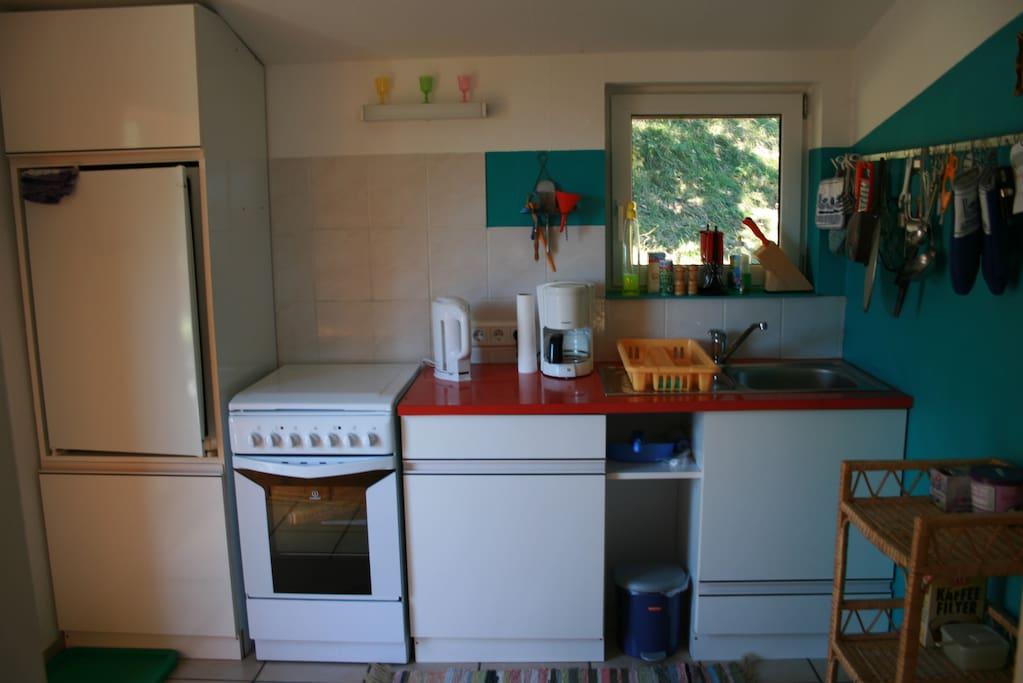 Funktionelle Küche (Geschirrspüler, Herd mit 4 Kochplatten, Wasserkocher, Fitlterkaffeemaschine, Kühlschrank) all you need for cooking inkluding dishwasher