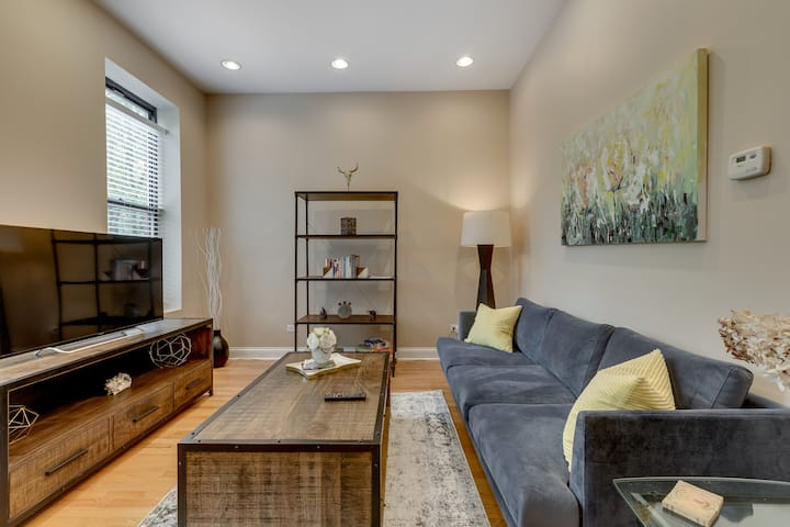 Convenient & Relaxing 2BR / 1 BA in Pilsen