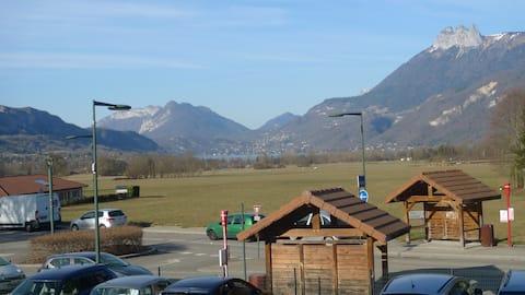 Coquet logement donnant sur montagnes et lac