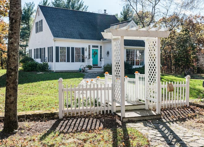 Adorable Country Cape Cod / 2 bedrooms and a bath.