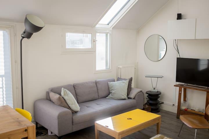 Un vrai salon avec un grand canapé confortable