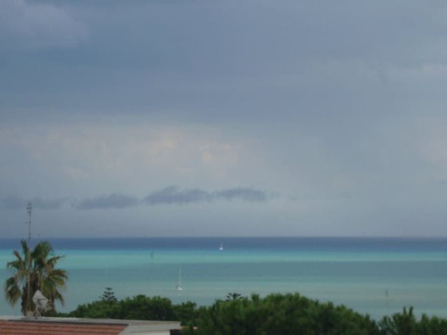 Vista dal balcone prima di una tempesta marina