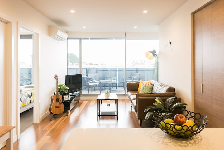 Bright bedroom with city views! - Brunswick, Melbourne - Apartment
