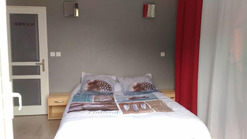 Chambre 17 m2 avec salle de bain et wc privé