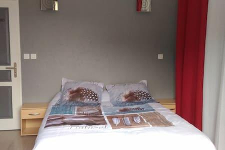 Chambre 17 m2 avec salle de bain et wc privé - Pusignan - Rumah