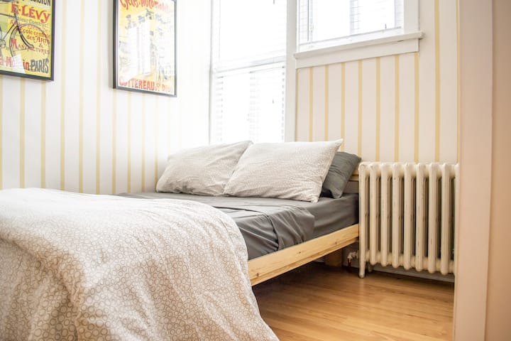 Cozy bright private Bloordale room w/double bed