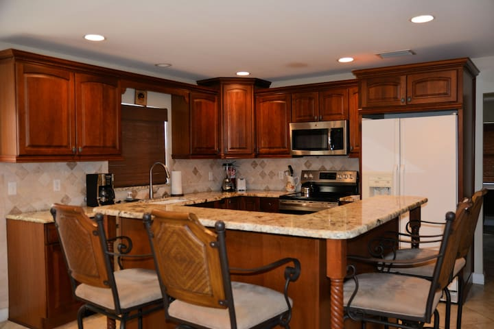 Pretty Kitchen, great for entertaining or ordering in.