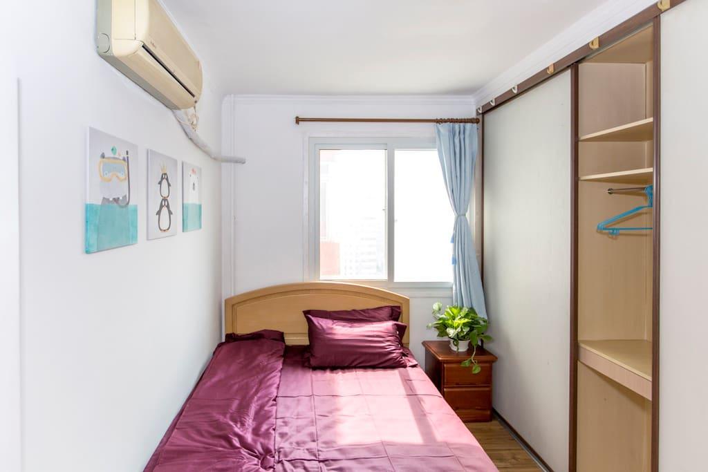 小卧室,大的组合衣柜,书桌等