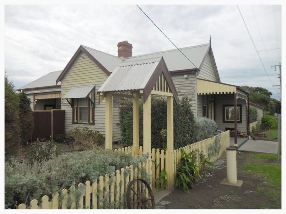 C1885 Victorian Weatherboard house close to the beach, ideally suited to short stays.