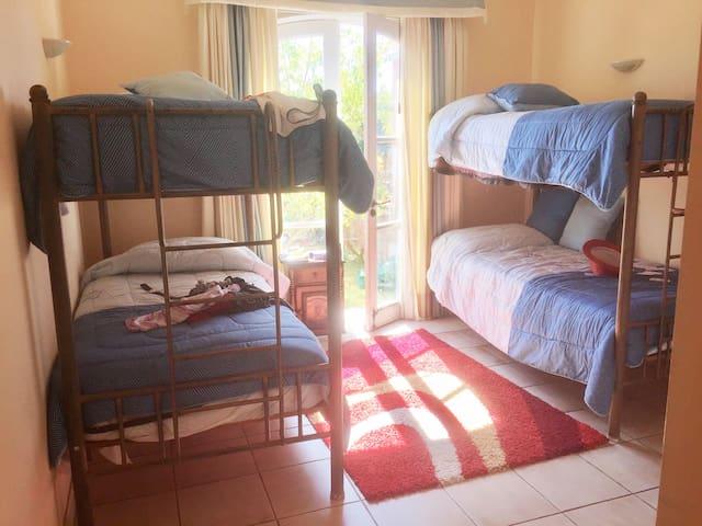 Dormitorio secundario bien iluminado