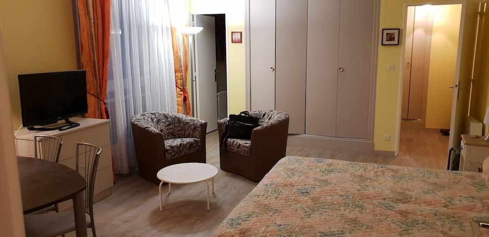 pièce principale (côté salle) + entrée salle d'eau