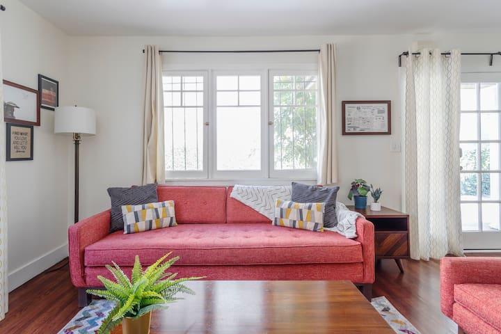 Historic 2 Bedroom Bungalow ➹ Parking ➹ Coffee