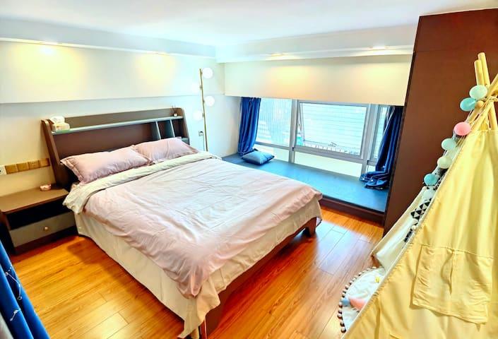 床1.5x2米,榻榻米含垫子0.9x2米,有一套备用被子枕头。