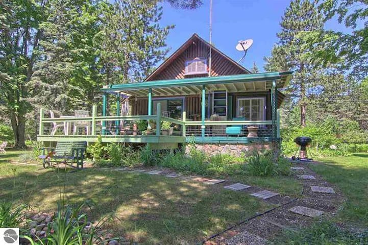 "NORTHERN MICHIGAN LOG CABIN ""ON CRAVEN POND"" IN BELLAIRE near TORCH LAKE"