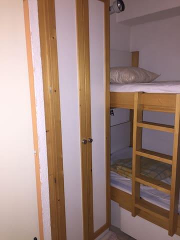 Alcôve avec deux lits superposés