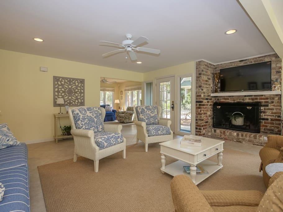 Living Room with Flat Screen TV and Plenty of Comfortable Seating at 28 Canvasback