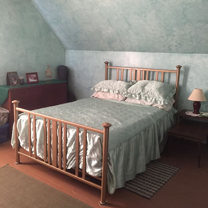 Upstairs bedroom 1 (full sized bed)
