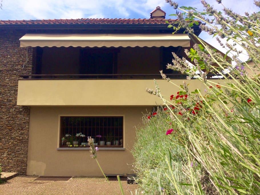 L'appartamento si trova al primo piano della villa e affaccia sul balcone