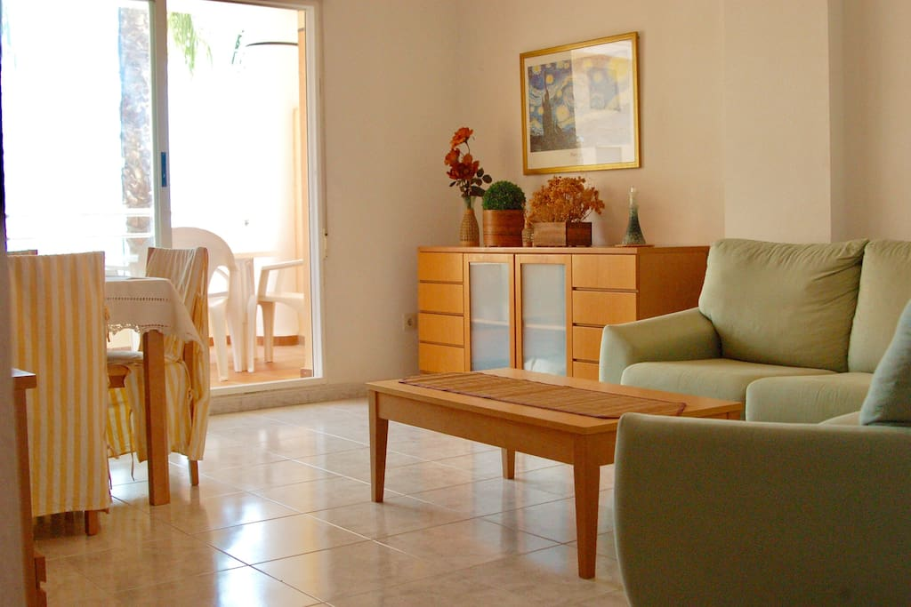 Salon con acceso a terraza y vistas al mar