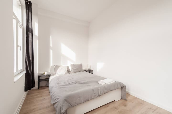 Cozy & bright room next to City Center ***