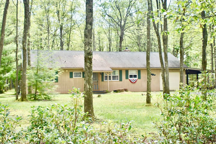 A peaceful get-a-way with all the modern amenities!  Enjoy cabin life all while being less than 20 minutes from town.