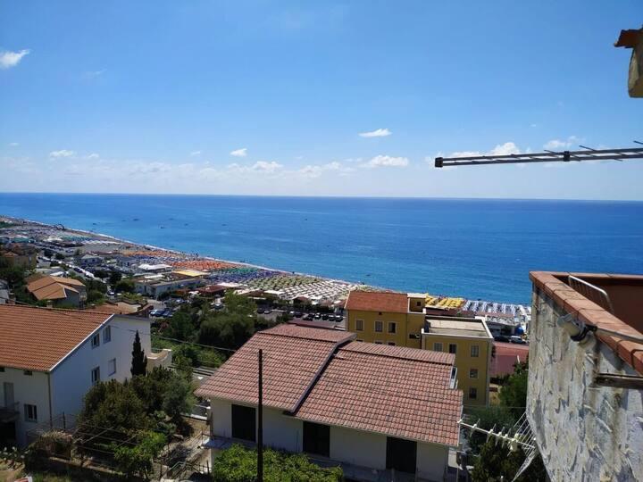 Просторная квартира с панорамным видом на море.
