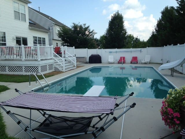 BR2 The pool  and hot tub is open - Dover - House