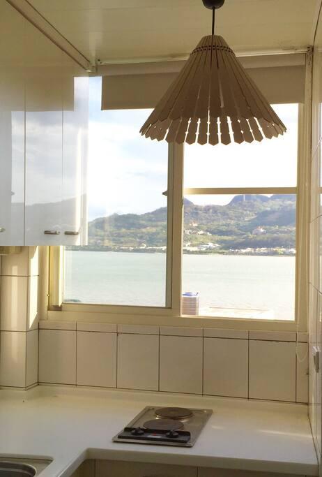 5樓厨房窗戶可望出去淡河景色。