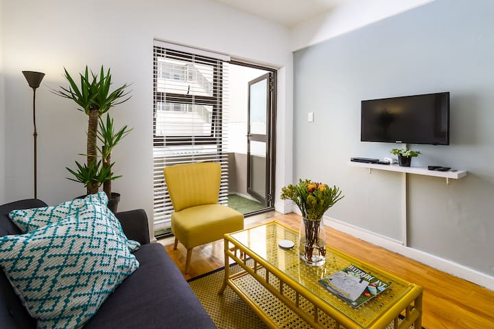 Mouille Point Apartment - Step onto the Promenade