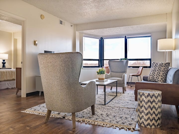 Charming High Rise Apt in Midtown | Overton 905