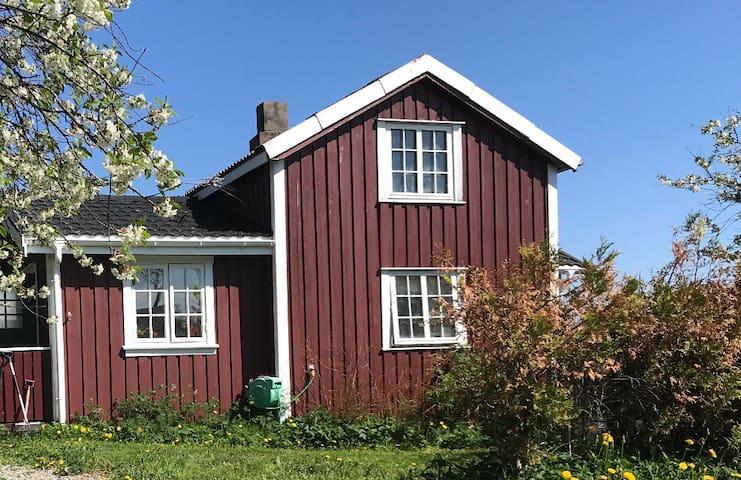 Koselig hus med utsikt mot havet