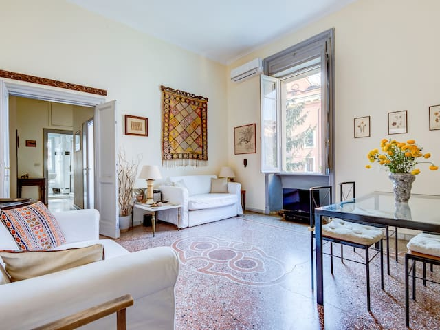 Quiet stylish two bedroom apartment in Trastevere