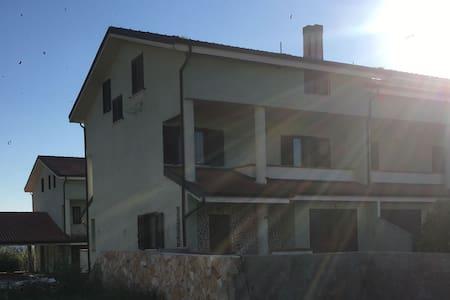 Stanze in villa con balconi, terrazza e giardino