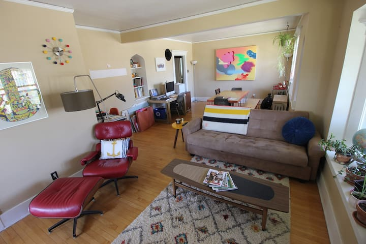 Quaint Upper Level Field Club Apt - Omaha - Appartamento