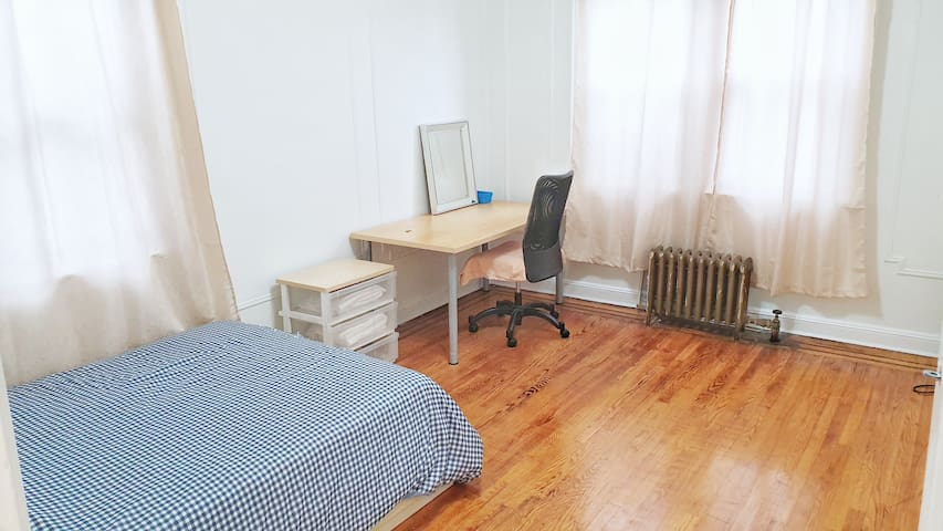 Large private room by the 7 train