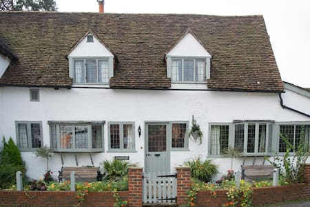 Vaughans - Self contained apartment - centre Shere